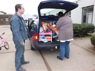 Soms halen krijgen we véél speelgoed te gelijk! Hier een hele auto vol van een speelgoedbeurs!